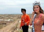 Jackie Chan fra Hong Kong og Miss World 2004, Maria Julia Mantilla Garcia, fra Peru besøker en ødelagt landsby i Aceh provinsen i Indonesia. De to er i området for å sette søkelyset på oppbyggingsarbeidet etter flodbølgekatastrofen i desember 2004.