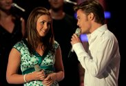 """De fire gjenværende Idol-finalistene sang solo og duett i den niende finalerunden fredag kveld. Her synger Tone Damli Aaberge og Erik Flaa """"Come What May"""" i duett."""