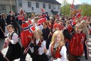 17. mai er barnas dag. Det var mange smilende barn i flaggtoget 17. mai.