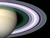 """Dette er det mest detaljerte bildet som noen sinne er tatt av Saturns ringer. Det ble tatt av romfergen """"Cassini"""". Romferden til """"Cassini"""" er et samarbeidsprosjekt mellom NASA, det europeiske romfartsbyrået og det italienske romfartsbyrået."""