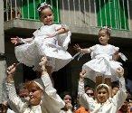 """Spanjolene feirer """"Coca"""" i landsbyen Redondela. Festivalen stammer fra et sagn hvor to kvinner ble reddet fra drager ved at landsbybeboerne danset i gatene med sine døtre på skuldrene. Barna kles opp i tradisjonelle drakter kalt """"Penlas""""."""