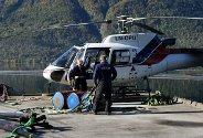 Bjørnar Hauge Aarekol og Lars Thorup klargjer helikopteret før røyrtransporten kan ta til.