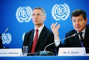 Guy Ryder p ILO-mte, i bakgrunn lytter Jens Stoltenberg