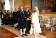 MED DRONNINGEN: Her er alle ordførerne på vei inn til møte med de kongelige. Foran ser vi Erik Unaas (Eidsberg) hilse på dronning Sonja. Svein Olav Agnalt (Skiptvet) følger like bak.