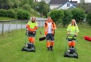 Ungdommer har sommerjobb i Alstahaug kommune, og sørger for å holde Sandnessjøen ren og pen.