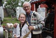 Bestefar Narve H. Pedersen er stolt av barnebarnet, Kristine Solvolls innsats på scenen. ? Jeg var litt nervøs, men synes det gikk ganske bra, sier den unge musikanten.