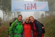 Disse tre damene fra Bø og Grenland smilte som sola selv om tåka lå tett rundt målgangen ved Gvepseborg.