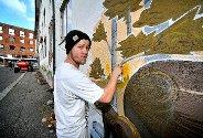 PÅ BOKS: Victor Hansen bruker spraybokser når han skaper sine kunstverk. Foto: Jarl M. Andersen