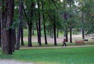 KALDERE DAGER: En høstkledd kvinne forter seg gjennom Kulåsparken denne formiddagen.