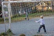 Fotball i friminuttet på Tverlandet skole i Leirfjord.