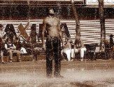 GAL MANN: 18. juli 2009: Heidenstrøm tok ikke danskeferja da han syklet til Sør-Afrika. Turen gikk gjennom Sverige, Finland, Russland og de baltiske landene. ? Dette bildet er tatt da jeg kom inn i byen Palanga i Litauen, som er et kjent reisemål for mange nordmenn. Jeg hadde timet hele turen værmessig slik at jeg skulle unngå regntiden i Afrika, men da kom hetebølgen i Litauen. Jeg kom syklende inn i byen og traff noen nye venner, og det var så varmt at jeg måtte kjøpe noe å drikke. Folk sitter med svetteflekker i skyggen, og plutselig ser jeg en mann som kler av seg og går ut i byens flotte fontene for å kjøle seg ned. De fleste rister på hodet, men synes nok likevel at det var ganske kult. Han er litt som meg den fyren der, litt utenfor boksen, sier han.