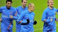 Nederlands Mark van Bommel (f.v.), Robin van Persie, Arjen Robben og Dirk Kuyt under en treningsrunde på Wemberly tirsdag.