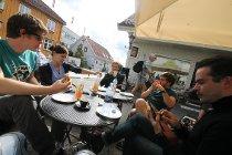 Magnus Boye Hansen, Janina Kronberger, Jacob Dingstad, Steven Walter og Miguel Péres Inesta diskuterer de siste detaljene rundt Drøbak Kammermusikkdager over lunsjbordet.