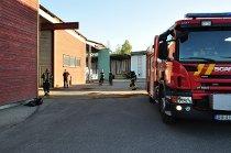 TRENTE: Brannmannskap fra Hobøl, Spydeberg og Askim trente på området til Moelven/Are Brug onsdag kveld.