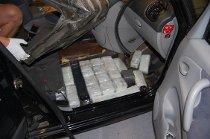 I GULVET: Her lå det 40 pakker med hasj gjemt i bilen.