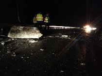 Riksvei 70 holdes stengt inntil videre, til Statens vegvesen får vurdert om det kan komme flere steiner ned.