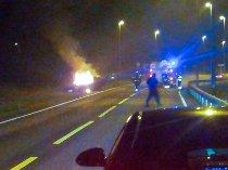 I BRANN: Den stjålne bilen brant i grøftekanten ved Stegen/IØR. Leserfoto