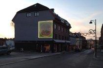LYSENDE COLA: Slik ser den gamle reklamen ut på veggen til nyrenoverte Handelsgården.