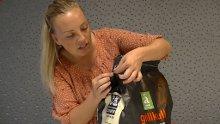 Journalist i f-b.no, Kristin Engløkken Mainitz, viser hvordan man skal åpne en pose grillkull.