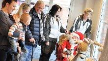 Så gleden: Gunnar Kristiansen (83) er glad for at nye barn kan glede seg over nissene. Nathan Alexander Bohl-Vaz (10 mnd.) lot seg imponere. Damene fra venstre: Emmelie Bohl-Vaz (25), Lise Marie Ekre (22), Mirjam Botten (33) og Gro Hege Hølaas (40).