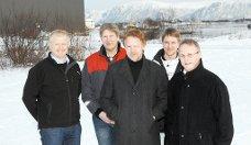 Asbjørn Larsen (nr. tre fra venstre) tok torsdag kveld imot prisen for årets vekstbedrift i Nord-Norge. (arkivfoto)