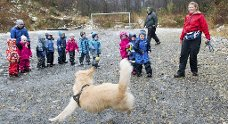 Ungene kaster ball etter tur, og Yolda løper for å fange - like entusiastisk hver gang. Mamma og hundeterapeut Dorthe viser og forklarer (31.10.2012).