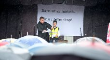 Konfransier Erling Borgen og appelant Fatah Agid på Festplassen under «22. mars for humanitet».