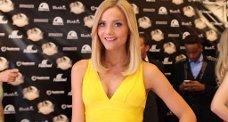 GULT: Caroline var kledd i gult for kveldens anledning. Treningsregimet er blitt byttet ut med dansing, og det passer bloggeren utmerket.