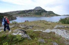 Hytter og naust: Her har Knut Mikkelsen og Lene Pedersen fått godkjent åtte hytter med naust, og i bukta til høyre ønsker de å anlegge båtplasser. Lurøyfjellet i bakgrunnen. Foto: Klaus Solbakken
