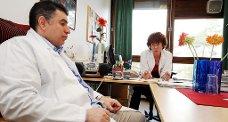 FRA 2009: Fagsykepleier i geriatri Ellen Ditlefsen og geriater Ahmed Al-Fattal var bekymret i 2009 da Sykehuset Telemark ville flytte sengeposten fra Porsgrunn til Skien. Nå er Ditlefsen opprørt og forbannet over forslaget om å kutte ut sengeplassene til pasienter hun beskriver som de mest kompliserte.