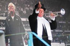 FANFARE: Kai Robert Johansen spilte trompet på scenen utenfor Lerkendal stadion til ære for Nils Arne Eggen.