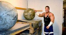 Løfter tungt: Reymond Rabben eier sitt eget treningsstudio på Stathelle hvor han trener på øvelsene til konkurransen Norges Sterkeste Mann. Her har han løftet en 140 kilos kulestein fra bakken og opp på pallene.foto: