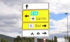 Skiltbom: Fylkesvei 51 (Fv51) går mellom Randen i Vågå og Gol. Ikke fylkesveg 15, som dette skiltet i rundkjøringa på Leira viser.