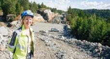 Fra Kongetoppen går jernbanen over Kongeveien bru og videre over Vassbotn bru over Hallevannet i retning Larvik. Marianne Hvaal Larsen har ansvaret for fem av bruene som bygges på den nye traseen. Les mer om 32-åringen fra Larvik i BØK førstkommende lørdag.