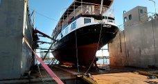 Mange staselige båter har fått utført restaureringsarbeid og reparasjoner hos Hansen & Arntzen Co AS på Stathelle, deriblant M/S «Henrik Ibsen». Dette bildet er fra slutten av 2009.