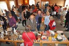 Loppesalg: Salen i andre etasje i Bøndernes Hus i Hærland var full av folk som kjøpte kopper og kar.