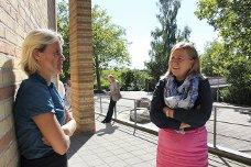 Nina Sandberg fra Nesodden og Anne Kristine Linnestad fra Ski i diskusjon utenfor den tvangssammenslåtte kommunen Furesø. De to ordførerne er enige om at det er en del som debatteres i Norge, som ikke ser ut til å ha vært et stort tema i den danske reformen, blant annet næringsliv og arealpolitikk.