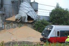 Flere hundre tonn korn har ramlet ut på togskinnene i Vestby. Østfoldbanen er nå stengt i begge retninger. Foto: Mattias Mellquist