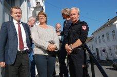 Kragerøordfører Kåre Preben Hegland sammen med brannsjef Anne Lise Lønne og Risørs brannmester Helge Hansen Myhre utenfor rådhuset i Risør.