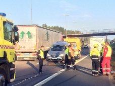 RYDDET: Trafikken fløt greit forbi ulykkesstedet og personbilen ble hentet av en redningsbil.