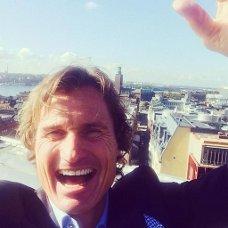 Denne selfien la Petter Stordalen ut på Facebook da nyheten ble kjent. Den er tatt på toppen av bygget hvor han nå skal realisere sin drøm av et hotell.