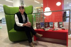 PÅ PLASS IGJEN: Etter ett års opphold, synes Marit Haukland det er stas å kunne invitere de eldre inn i biblioteket for å markere De eldres dag på Rana bibliotek. Foto: Hedda Hiller Elvestad