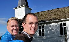 SKAL GIFTE SEG: Morten Ringsrud (t.v.) og Øivind Instefjord Ødemotland får endelig feire bryllup i sin lokale kirke her i Ullerøy.