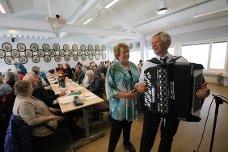 Lederen for Drøbak og Frogn pensjonistforening Karin Løvaas, hadde nok å holde styr på når 100 pensjonister fra distriktet samlet seg i fraunar for bevertning. Heldigvis så hadde hun et stort antall frivillige og støtte seg på, samt Leif Sandåker som underholdt med trekkspillmusikk.