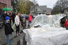 Festivalskulptur: Arktis-skuespillerne Kaisa Gurine Antonsen (midten), Ida Leonora og Leonard Valestrand Eike avduket festivalskulpturen på Mysen.
