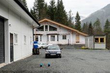 Erik Andersens (62) hus står snart klar til innflytting. Huset ligger skjermet til og har kameraer montert på flere av hushjørnene.