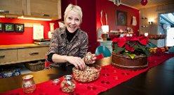 Bruktbutikkinnehaver Iris Mårdalen lager brente mandler til jul og gir til venner og bekjente. Bli med inn i hennes fargerike hjem.