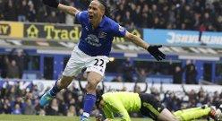 Evertons Steven Pienaar feirer etter å ha scoret lagets første mål i Premier League-kampen mot Chelsea 11. februar.