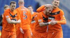 Dundee Uniteds Milos Lacny (til høyre) og Johnny Russell feirer seieren mot Rangers.