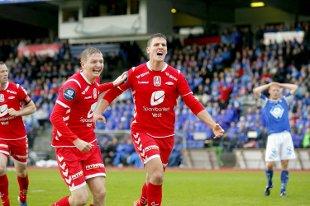 Erik Huseklepp (t.v.) og Zsolt Korcsmar (t.h.) jubler etter 0-1-scoringen.